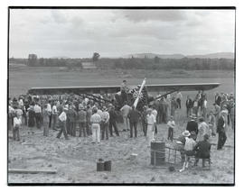 Crowd around Rankin brothers' airplane On-to-Oregon