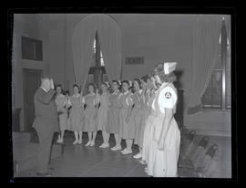Red Cross nurses' aides taking civil defense oath at Marylhurst College, 1944
