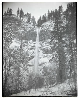Multnomah Falls and snow-covered cliffs