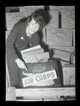 Worker at Albina Engine & Machine works donating cigarettes for United States troops