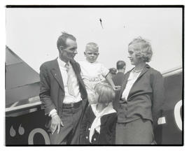 Dud Rankin with wife and children before endurance flight?
