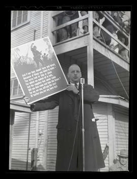 L. R. Hussa? holding sign and addressing workers at Albina Engine & Machine Works, Portland