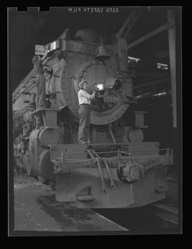 Thelma Noyes and Delcie Harper polishing railroad train at Southern Pacific shops, Portland