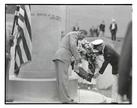 Secretary of War George Henry Dern and Canadian veteran placing wreath at cenotaph, Multnomah Sta...