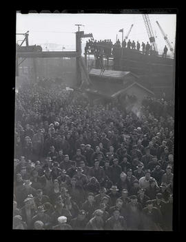 Crowd of workers at Albina Engine & Machine Works, Portland