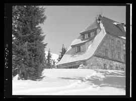 Women with skis next to Timberline Lodge